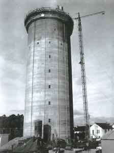 Construction du château d'eau de Bringall (10 décembre 1968)