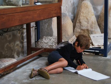 Un enfant dessine au Musée de la Préhistoire du Finistère