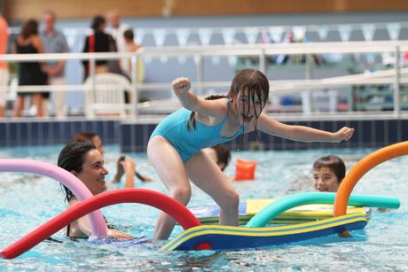 Photo de joie dans la piscine aquasud. Droits d'auteur : Pascal Pérennec