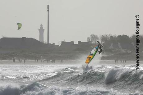 Magnifique photo de Guillaume Grange prise à la Coupe du monde de Windsurf à La Torche le 21 octobre 2014